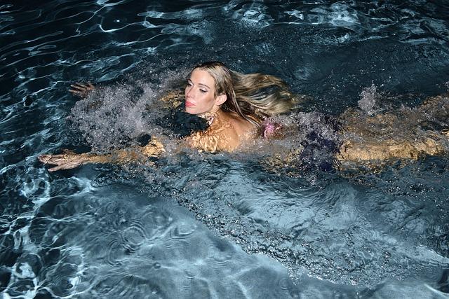žena při plavání