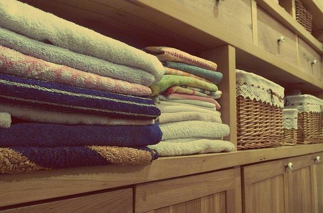 ručníky na komodě