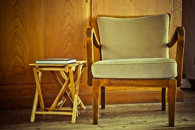 staré křeslo u stolku