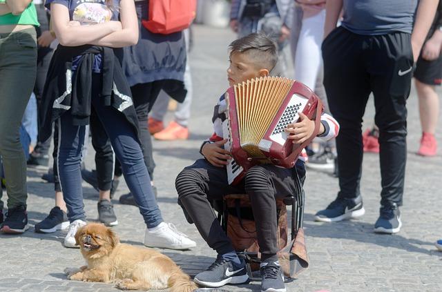 malý chlapec hrající na akordeon
