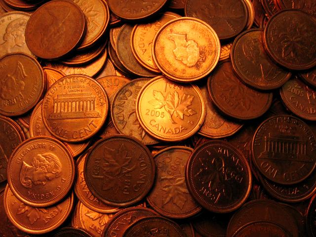 velká hromada mincí zblízka vyfocená